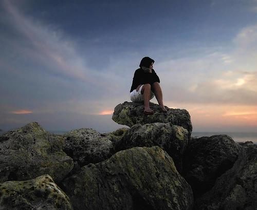 フリー画像| 人物写真| 女性ポートレイト| 海岸の風景| 頬杖/頬づえ|