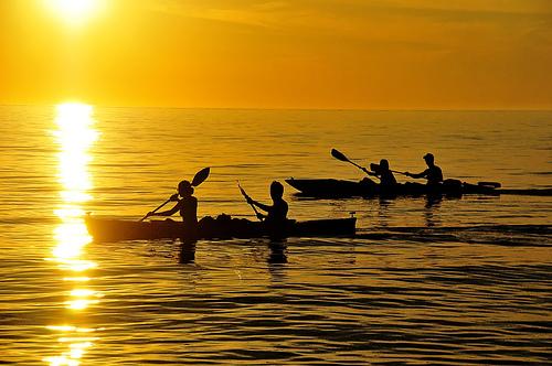 フリー画像| 人工風景| 海の風景| 夕日/夕焼け/夕暮れ| 船舶/ボート| 橙色/オレンジ| カヌー|