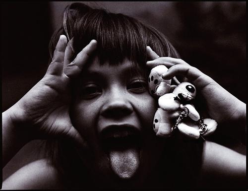フリー画像| 人物写真| 子供ポートレイト| 少年/男の子| 外国の子供| あっかんべー!| モノクロ写真|