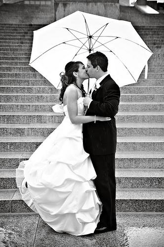 フリー画像| 人物写真| 一般ポートレイト| 恋人/カップル| 結婚式/ブライダル| ウエディングドレス| キス/KISS| 傘/アンブレラ| モノクロ写真|