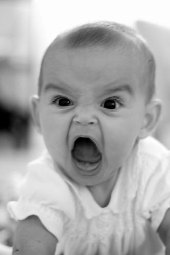 フリー画像| 人物写真| 子供ポートレイト| 赤ちゃん| 外国の子供| 叫ぶ| モノクロ写真|