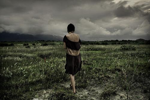 フリー画像| 人物写真| 女性ポートレイト| 後ろ姿| 草原の風景| 暗雲の風景|