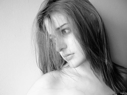 フリー画像| 人物写真| 女性ポートレイト| 白人女性| モノクロ写真|