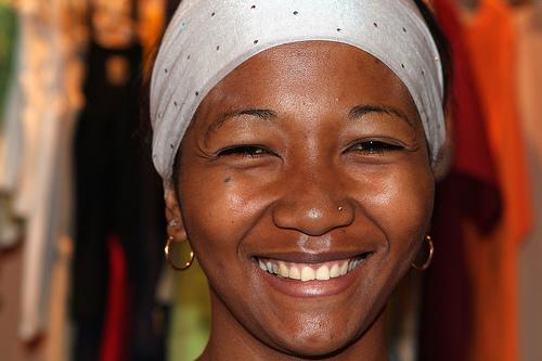 フリー画像| 人物写真| 女性ポートレイト| 黒人女性| 黒人| 笑顔/スマイル| マダカスカル人|