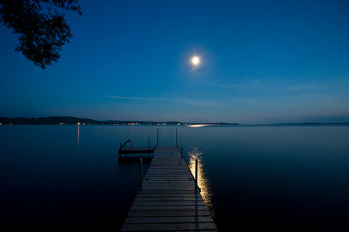 フリー画像|自然風景|湖の風景|青色/ブルー|月の風景|夜景|ドック/船渠|カナダ風景|ライス湖|/カナダ