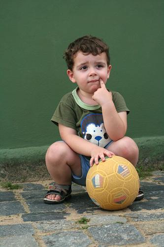 フリー画像| 人物写真| 子供ポートレイト| 少年/男の子| 外国の子供| 考える/悩む|