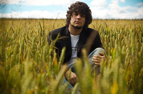 フリー画像| 人物写真| 男性ポートレイト| 外国人男性| イケメン| 小麦畑|
