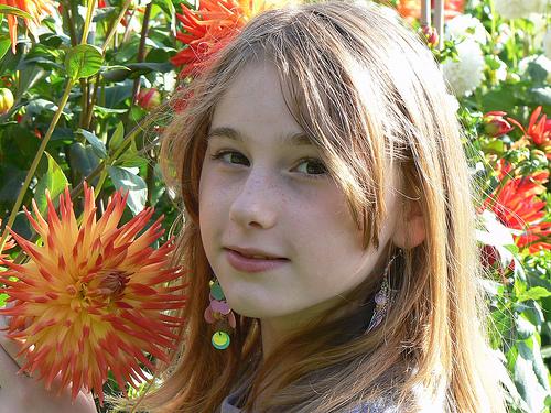フリー画像  人物写真  子供ポートレイト  少女/女の子  外国の子供  花畑 