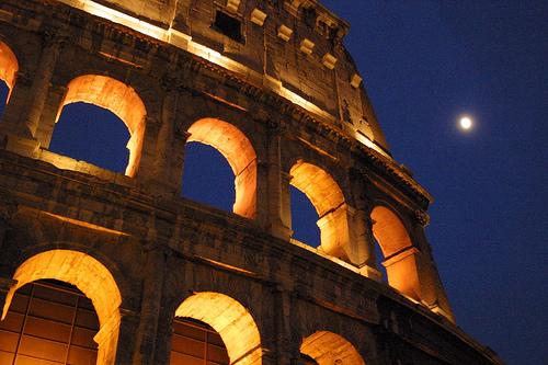 フリー画像| 人工風景| 建造物/建築物| コロッセオ| 夜景| 月の風景| イタリア風景| ローマ|