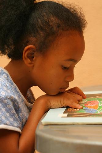 フリー画像| 人物写真| 子供ポートレイト| 少女/女の子| 外国の子供| 横顔| 読書| アフリカの子供| ウガンダ人|