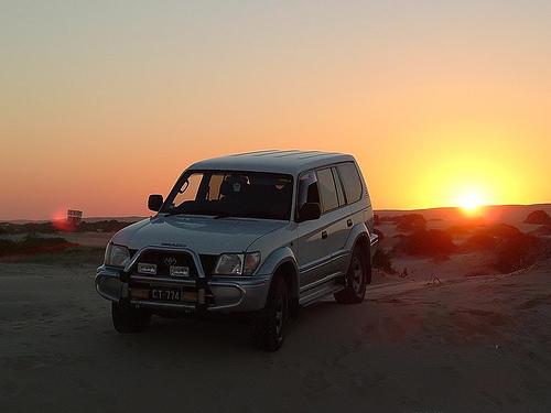 フリー画像| 自動車| トヨタ/Toyota| トヨタ ランドクルーザー プラド| Toyota Landcruiser Prado| 夕日/夕焼け/夕暮れ| 日本車|
