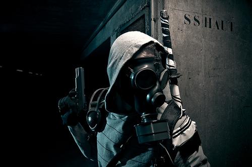 フリー画像| 人物写真| ガスマスク| 銃器| 拳銃/ピストル|