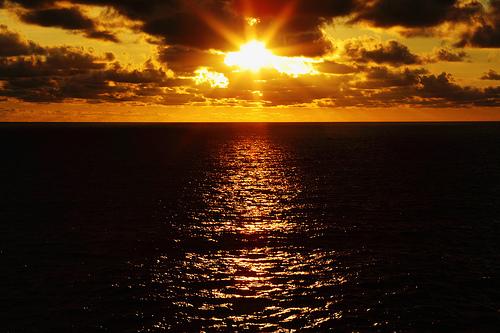 フリー画像| 自然風景| 海の風景| 水平線/地平線| 太陽光線| 橙色/オレンジ| 夕日/夕焼け/夕暮れ| 雲の風景|