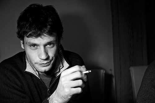 フリー画像| 人物写真| 男性ポートレイト| 外国人男性| 煙草/タバコ| モノクロ写真|