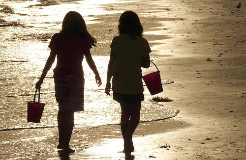 フリー画像| 人物写真| 子供ポートレイト| 少女/女の子| シルエット| 後ろ姿| ビーチ/海辺| 友達|