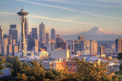 フリー画像| 人工風景| 建造物/建築物| 街の風景| ビルディング| アメリカ風景| シアトル| HDR画像| 山の風景| 飛行機雲| ケムトレイル|
