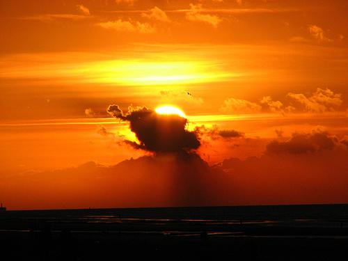 フリー画像| 自然風景| 空の風景| 雲の風景| 夕日/夕焼け/夕暮れ| 橙色/オレンジ| 水平線/地平線|