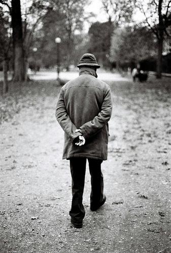 フリー画像| 人物写真| 一般ポートレイト| 男性ポートレイト| 後ろ姿| モノクロ写真|