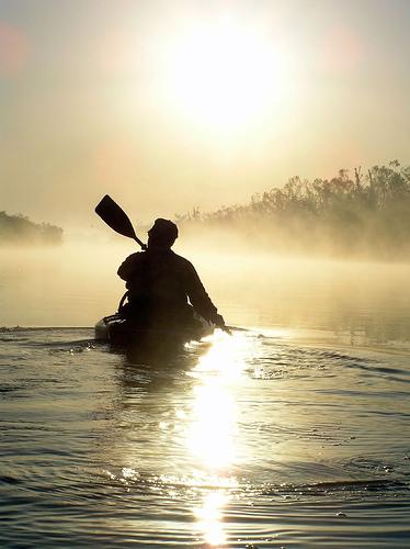 フリー画像| 人物写真| 一般ポートレイト| 船舶/ボート| カヌー| シルエット| 朝日/朝焼け| 霧/靄| 河川の風景|