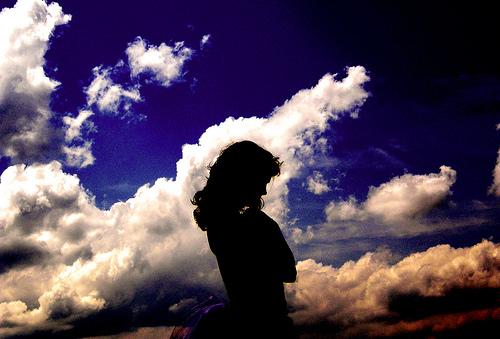 フリー画像| 人物写真| 女性ポートレイト| シルエット| 空の風景| 雲の風景| 青色/ブルー|