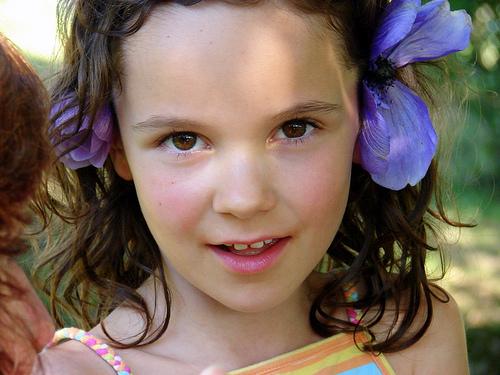 フリー画像| 人物写真| 子供ポートレイト| 外国の子供| 少女/女の子| 花飾り|      フリー素材|