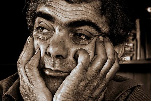 フリー画像| 人物写真| 男性ポートレイト| 外国人男性| 頬杖/頬づえ| セピア|      フリー素材|