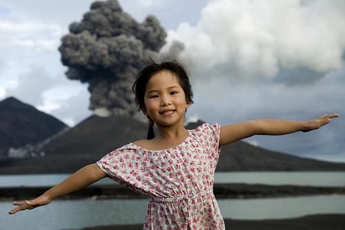 フリー画像| 人物写真| 子供ポートレイト| 少女/女の子| 火山の風景| 噴火/噴煙|      フリー素材|