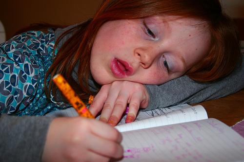 フリー画像  人物写真  子供ポートレイト  外国の子供  少女/女の子  勉強/宿題       フリー素材 