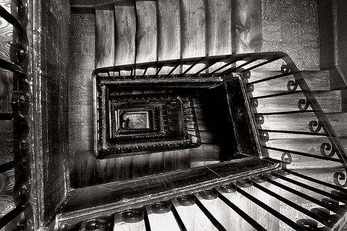 フリー画像| 人工風景| 建造物/建築物| インテリア| 階段| 螺旋階段| モノクロ写真|     フリー素材|