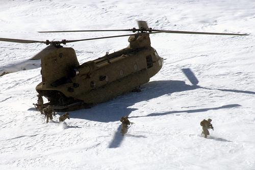 フリー画像| 航空機/飛行機| 軍用ヘリ| ヘリコプター| CH-47 チヌーク| CH-47 Chinook| 兵士/ソルジャー| 雪景色| アフガニスタン風景|   フリー素材|