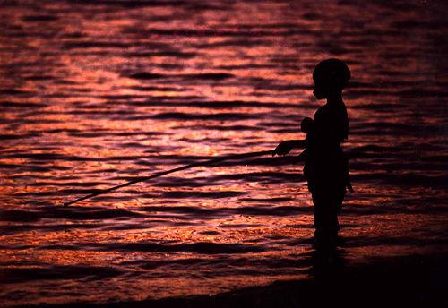フリー画像| 人物写真| 子供ポートレイト| 外国の子供| 釣り人| シルエット| アフリカの子供| 朝日/朝焼け| 湖の風景| マウライ人|  フリー素材|