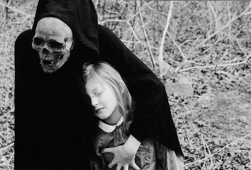 フリー画像| 人物写真| 一般ポートレイト| 子供ポートレイト| 外国の子供| 少女/女の子| 死神| モノクロ写真|    フリー素材|