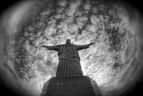 フリー画像| 人工風景| 彫刻/彫像| イエス・キリスト像| コルコバードの丘| ブラジル風景| リオデジャネイロ| モノクロ写真|    フリー素材|