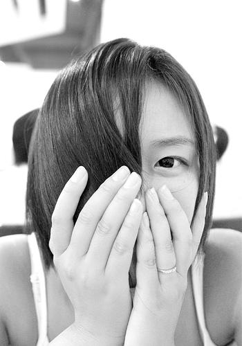 フリー画像| 人物写真| 女性ポートレイト| アジア女性| モノクロ写真| 口を覆う|      フリー素材|