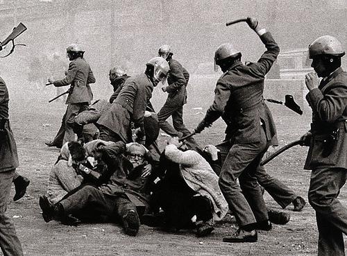 フリー画像| ニュース系| 抗議デモ| 警察官| スペイン風景|       フリー素材|