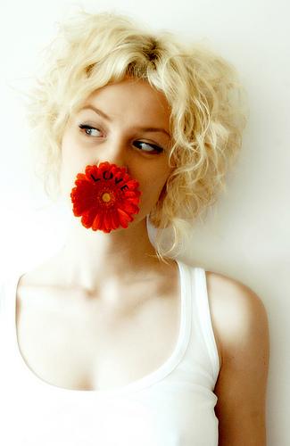フリー画像| 人物写真| 女性ポートレイト| 白人女性| 一輪の花| 金髪/ブロンド|      フリー素材|