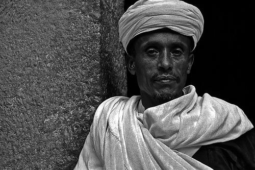 フリー画像| 人物写真| 男性ポートレイト| 外国人男性| ターバン| 黒人| エチオピア人| モノクロ写真|    フリー素材|