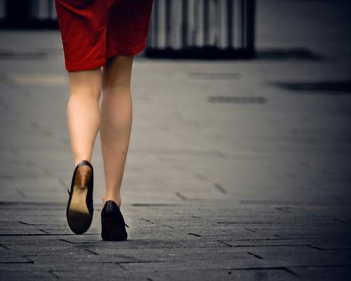 フリー画像| 人物写真| 女性ポートレイト| 後ろ姿| 足|       フリー素材|