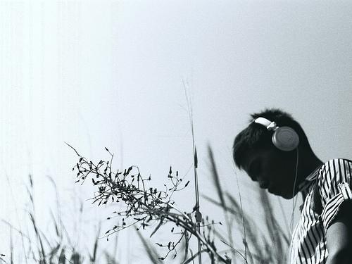 フリー画像| 人物写真| 男性ポートレイト| 横顔| ヘッドホン| モノクロ写真|      フリー素材|
