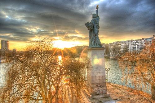 フリー画像| 人工風景| 彫刻/彫像| 自由の女神| 夕日/夕焼け/夕暮れ| フランス風景|      フリー素材|