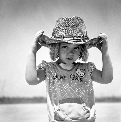 フリー画像| 人物写真| 子供ポートレイト| 外国の子供| 少女/女の子| モノクロ写真| 帽子|     フリー素材|