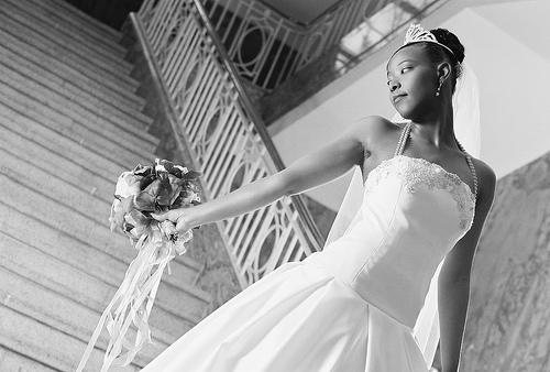 フリー画像| 人物写真| 女性ポートレイト| 黒人女性| 黒人| ウエディングドレス| モノクロ写真|     フリー素材|