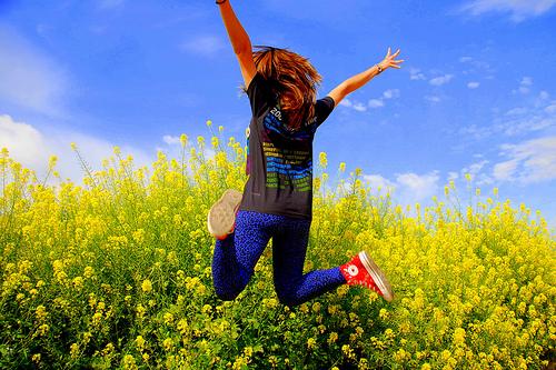 フリー画像| 人物写真| 一般ポートレイト| 後ろ姿| 跳ぶ/ジャンプ| 花畑|      フリー素材|