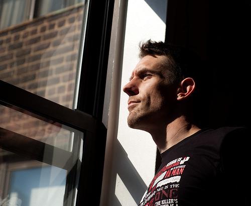 フリー画像| 人物写真| 男性ポートレイト| 外国人男性| イケメン| 横顔| 窓辺の風景|     フリー素材|
