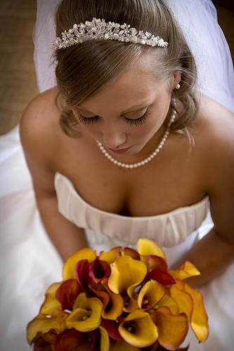 フリー画像| 人物写真| 女性ポートレイト| 白人女性| ウエディングドレス| 花束|      フリー素材|