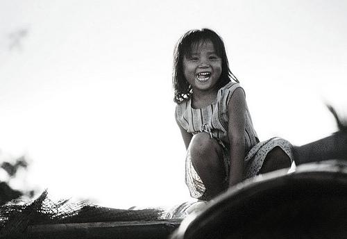 フリー画像| 人物写真| 子供ポートレイト| 外国の子供| 少女/女の子| 笑顔/スマイル| モノクロ写真| ベトナム人|    フリー素材|