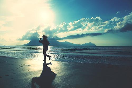 フリー画像|人物写真|一般ポートレイト|ビーチ/海辺|青色/ブルー|ジョギング|フリー素材|