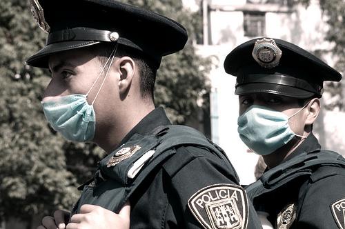 フリー画像| ニュース系| 人物写真| 一般ポートレイト| 豚インフルエンザ| 警察官| メキシコ風景| マスク| メキシコ人|   フリー素材|
