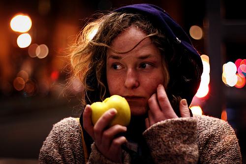 フリー画像| 人物写真| 女性ポートレイト| 白人女性| 林檎/リンゴ| アメリカ人|      フリー素材|