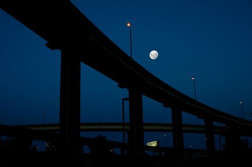 フリー画像| 人工風景| 建造物/建築物| 月の風景| 夜景| 橋の風景|      フリー素材|